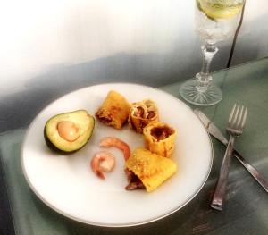 Роллы с креветками и авокадо в омлете