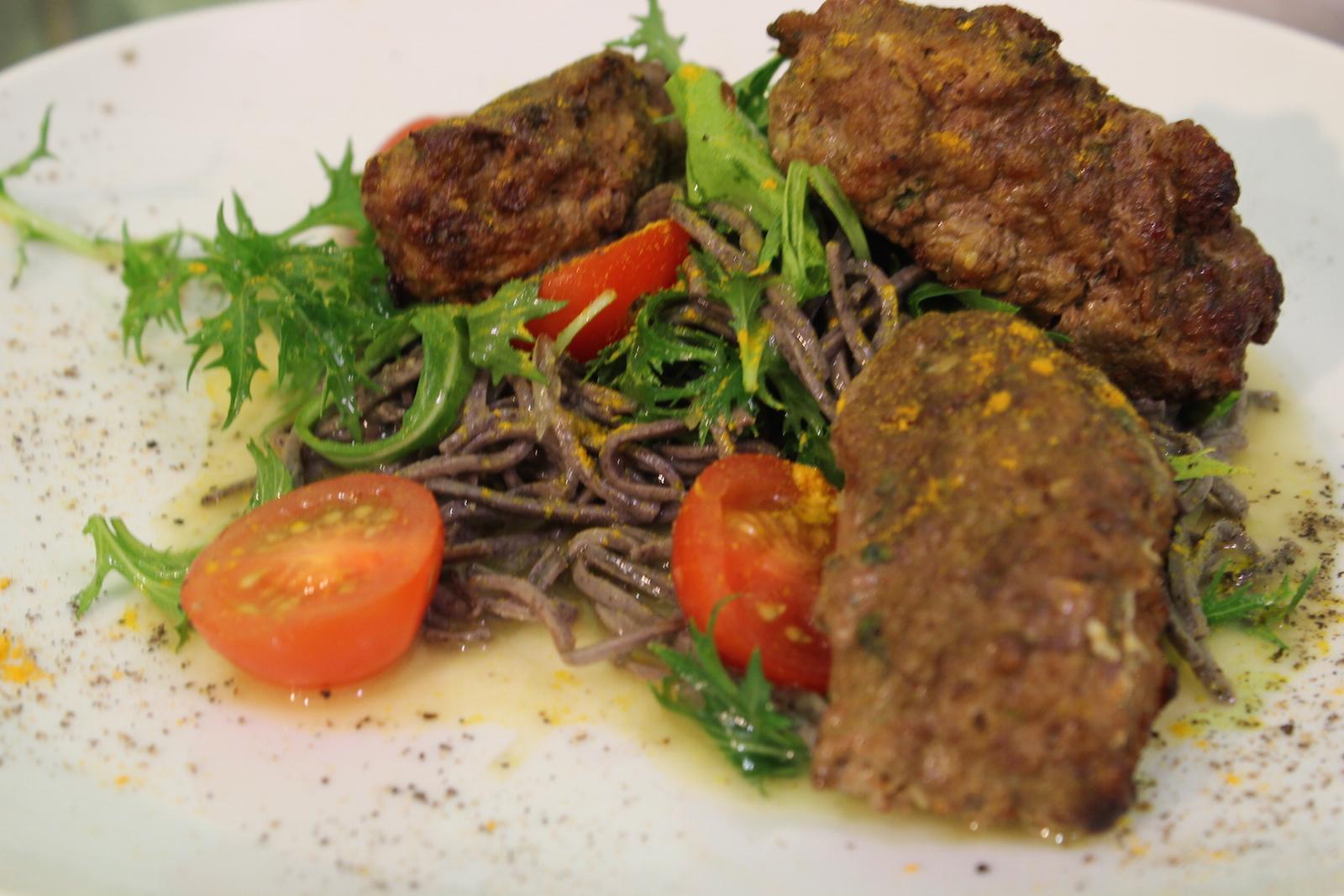Люля из ягненка со спагетти из черных бобов