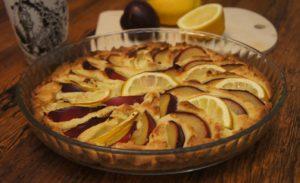 Сливовый пирог с ванильным соусом