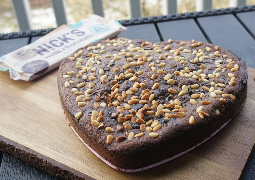 Пирог с шоколадом и кедровыми орешками
