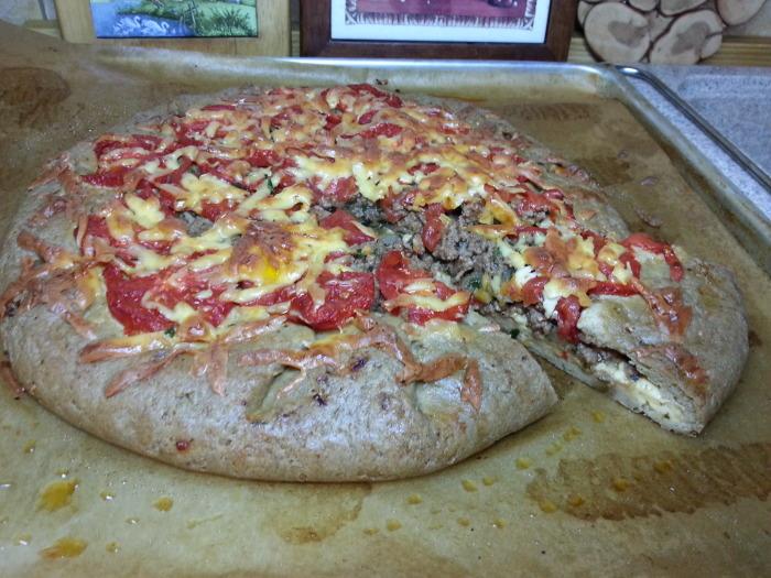 Пицака с мясом и сыром.