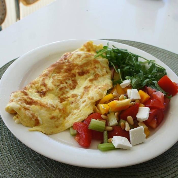 омлет с салатом и орхами