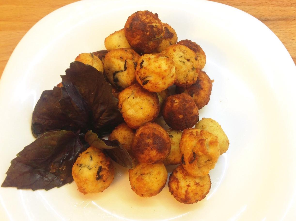 Сырные шарики из Рикотты с базиликом.