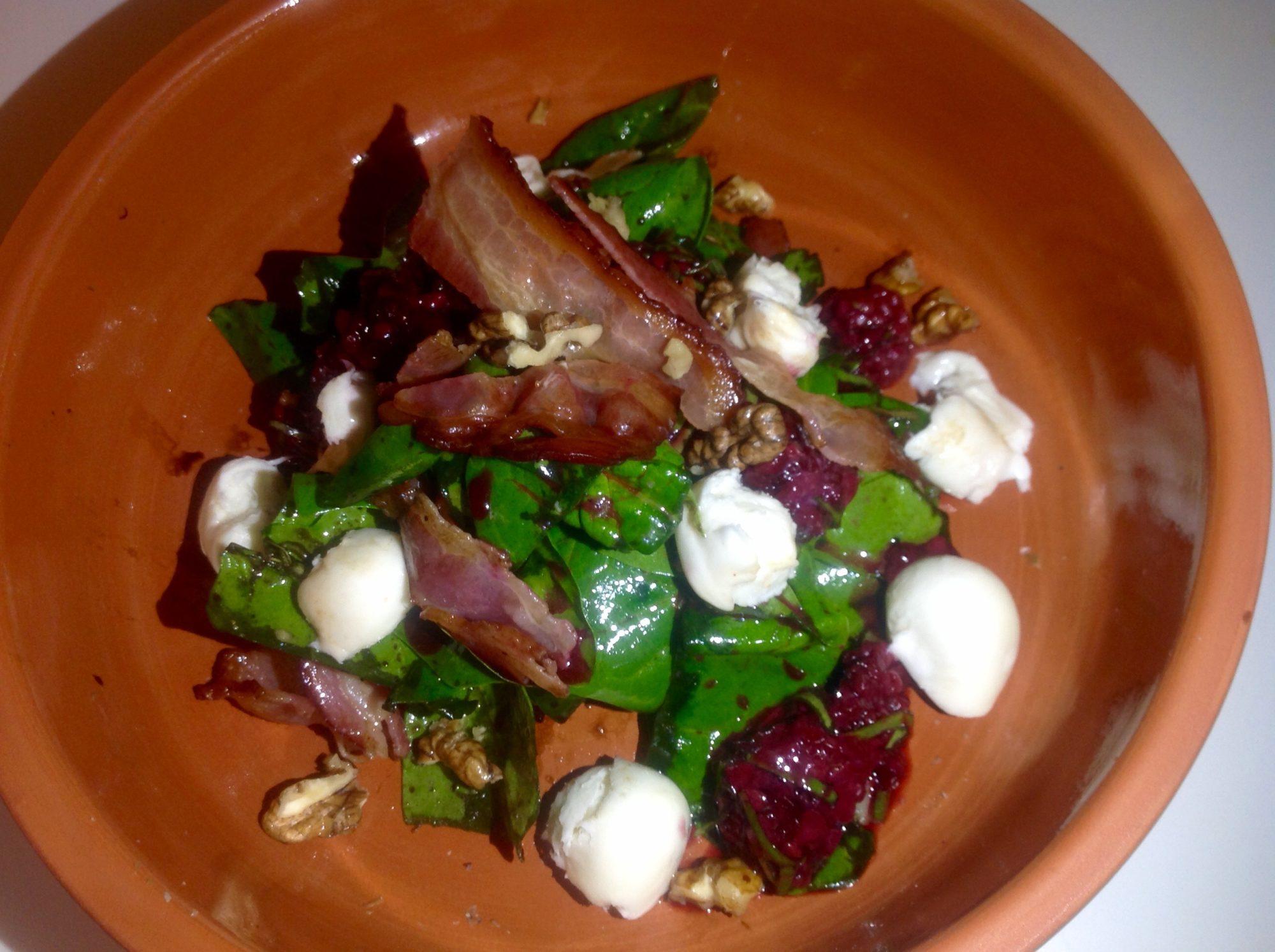 Салат из шпината с ежевикой и беконом.