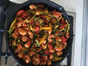 Креветки с овощами и кедровыми орехами