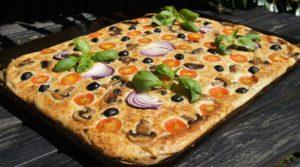 Большой пирог с томатами и маслинами