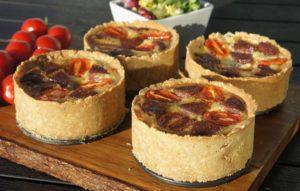 Мини-пироги с козьим сыром и салями