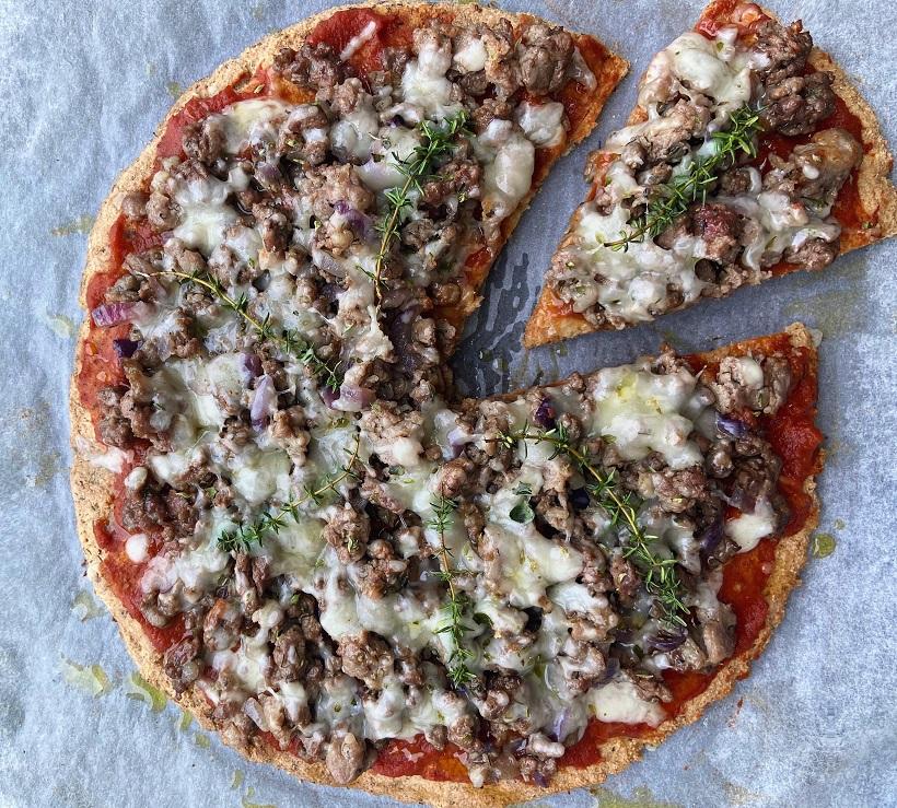 Пицца с фаршем и тимьяном из миндально-кунжутной смеси